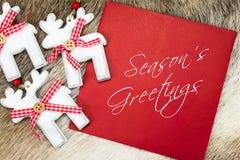 Текст приветствиям сезона написанный на красной карточке Стоковое фото RF