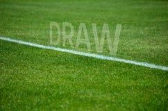 Текст притяжки футбола на траве с белой майной Стоковые Изображения