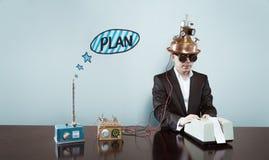 Текст плана с бизнесменом используя калькулятор стоковые фото