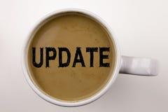 Текст сочинительства обновления в кофе в чашке Концепция дела для улучшения интернета цифров на белой предпосылке с космосом экзе Стоковое Изображение RF