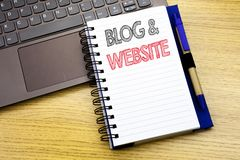 Текст сочинительства показывая вебсайт блога Концепция дела для социальной Blogging сети написанной на книге тетради на деревянно стоковая фотография