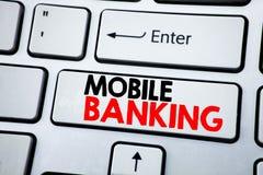 Текст сочинительства показывая передвижной банк Концепция дела для e-банка банка интернета написанного на белой клавише на клавиа Стоковые Фото