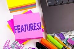 Текст сочинительства показывая сделанные характеристики в офисе с окрестностями как компьтер-книжка, отметка, ручка Концепция дел стоковое изображение