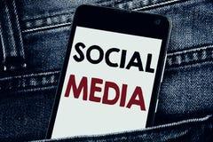 Текст сочинительства показывая социальные средства массовой информации Концепция дела для средств массовой информации общины соци стоковые изображения