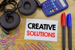 Текст сочинительства показывая творческие решения Концепция дела для думать бредовой мысли написанный на липкой бумаге примечания Стоковое Изображение RF