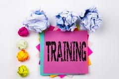 Текст сочинительства показывая тренировку написанную на липком примечании в офисе с шариками бумаги винта Концепция дела для know Стоковое Фото