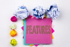 Текст сочинительства показывая характеристики написанные на липком примечании в офисе с шариками бумаги винта Концепция дела для  стоковые изображения rf