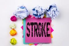 Текст сочинительства показывая ход написанный на липком примечании в офисе с шариками бумаги винта Концепция дела для stethosc зд стоковые фотографии rf