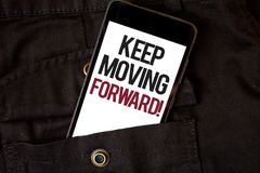 Текст сочинительства слова держит двинуть вперед мотивационный звонок Концепция дела для прогресса оптимизма упорно добиваться че стоковые фотографии rf