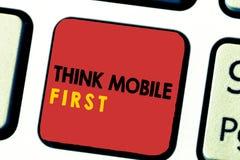 Текст сочинительства слова думает концепция дела черни первая на содержание 24 или 7 легкого Handheld прибора доступное сподручно стоковая фотография