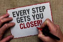 Текст сочинительства слова каждый шаг получает вас близкий Концепция дела для Keep двигая для достижения ваших задач целей на чел стоковые изображения rf