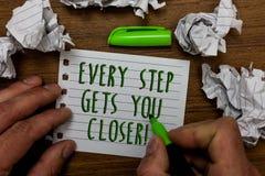 Текст сочинительства слова каждый шаг получает вас близкий Концепция дела для Keep двигая для достижения вашей ручки зеленого цве стоковое изображение