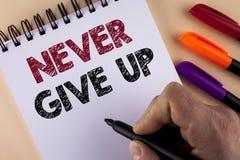 Текст сочинительства слова никогда не дает вверх Концепция дела для упорна мотирует не преуспевает никогда взгляд назад написанны Стоковое Изображение