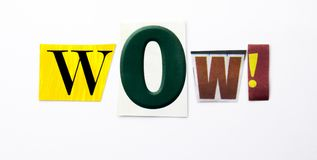 Текст сочинительства слова показывая концепцию вау сделанную различного письма газеты кассеты в случай дела на белой предпосылке  стоковая фотография rf