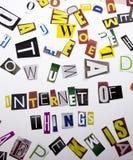 Текст сочинительства слова показывая концепцию интернета вещей сделанных различного письма газеты кассеты в случай дела на whi Стоковое Изображение RF
