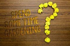 Текст сочинительства слова тратит некоторый садовничать времени Концепция дела для Relax засаживая wi пола овощей плодоовощей цве стоковая фотография