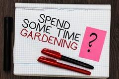 Текст сочинительства слова тратит некоторый садовничать времени Концепция дела для Relax засаживая ручку цвета овощей плодоовощей стоковые изображения