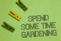 Текст сочинительства слова тратит некоторый садовничать времени Концепция дела для Relax засаживая план овощей плодоовощей цветко стоковое изображение rf