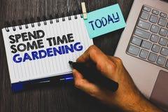 Текст сочинительства слова тратит некоторый садовничать времени Концепция дела для Relax засаживая сжатие Paperclip овощей плодоо стоковые изображения rf