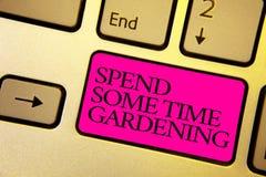 Текст сочинительства слова тратит некоторый садовничать времени Концепция дела для Relax засаживая овощи плодоовощей естественный стоковые фото