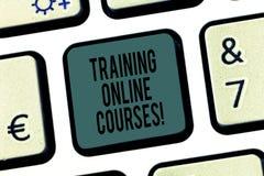 Текст сочинительства слова тренируя онлайн курсы Концепция дела для поставить серию уроков к клавиатуре браузера стоковая фотография rf