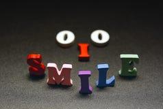 Текст улыбки пестротканый на черноте Стоковая Фотография RF