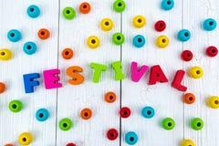 Текст фестиваля красочный деревянный на белом деревянном столе с Christma Стоковая Фотография