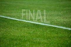 Текст футбола окончательный на траве с белой майной Стоковое Изображение RF