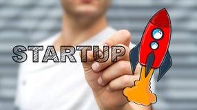 Текст чертежа бизнесмена startup и красная ракета с ручкой Стоковая Фотография