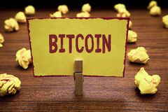 Текст Bitcoin сочинительства слова Концепция дела для удержания зажимки для белья знака внимания валюты Cryptocurrency Blockchain стоковое изображение rf