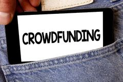 Текст Crowdfunding почерка Смысл концепции финансируя проект путем поднимать деньги от большого количества владения человека люде Стоковая Фотография RF