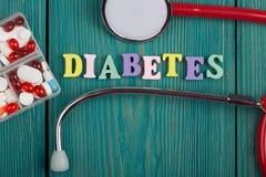 Текст & x22; Diabetes& x22; покрашенных деревянных писем, стетоскопа и пилюлек Стоковое фото RF