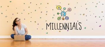 Текст Millneials при молодая женщина используя портативный компьютер Стоковая Фотография