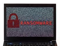 Текст Ransomware с красным замком над шифровать текстом на sc компьтер-книжки Стоковое Изображение