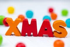 Текст Xmas красочный деревянный на белом деревянном столе с рождеством de Стоковые Изображения