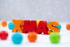 Текст Xmas красочный деревянный на белом деревянном столе с рождеством de Стоковое фото RF