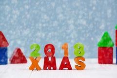 Текст Xmas 2018 красочный деревянный на белом деревянном столе с Christm Стоковые Изображения RF