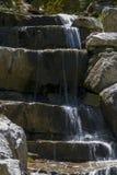Текущая вода над водопадом характеристики утеса стоковое фото