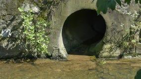 Текущая вода от сточной трубы реки сток-видео