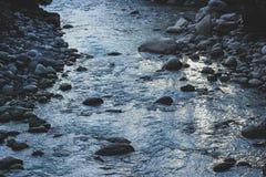 Текущая вода реки горы с каменистыми банками стоковые фото