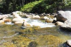 Текущая вода и камни стоковая фотография