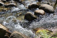 Текущая вода и камни стоковое изображение rf
