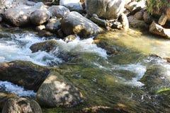 Текущая вода и камни стоковые изображения rf