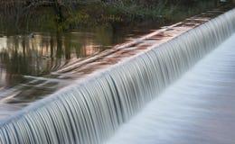 Текущая вода каскадируя над плотиной на реке Йоркшира Стоковая Фотография RF