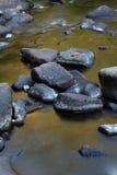 Текущая вода над утесами и валунами Стоковые Изображения RF