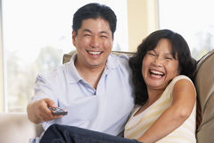 телевидение пар совместно наблюдая стоковые фото