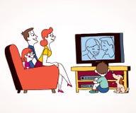 Телевидение семьи наблюдая Стоковые Фото
