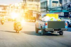 Тележка автомобиля припаркованная на дороге Стоковые Изображения