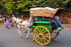 Тележка верховой лошади людей на базаре Kinari в Агре, Уттар-Прадеш Стоковая Фотография RF