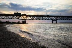 Тележка вытягивая туриста через мост Стоковые Фото